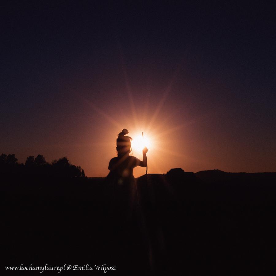 Dziecko i zachodzące słońce - fotografia