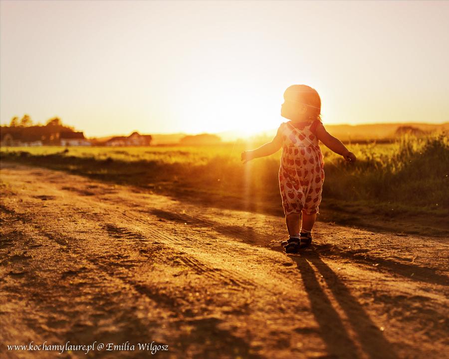 Dziecko w promieniach słońca - fotografia dziecięca