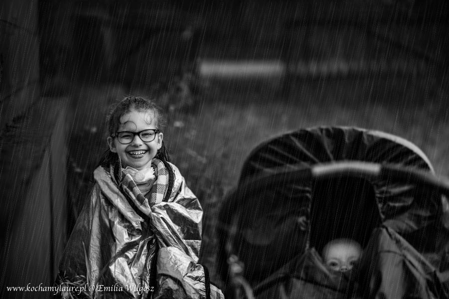 Dzieci w deszczu - fotografia dziecięca