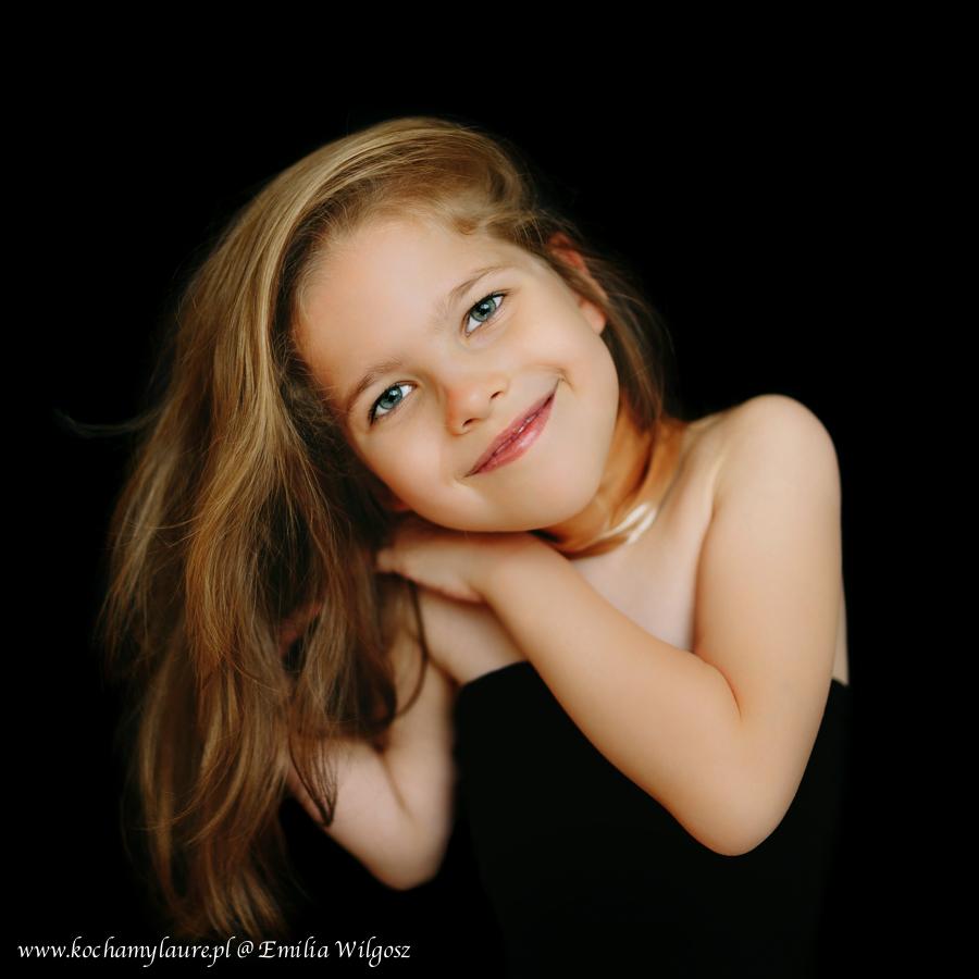 Portret dziecka na czarnym tle