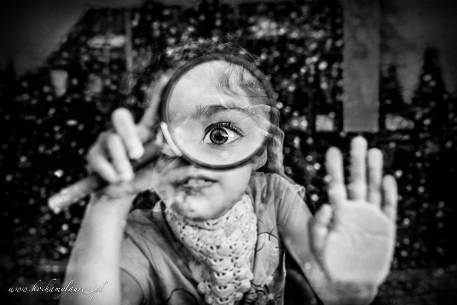 Dziecko z lupą fotografia dzieci