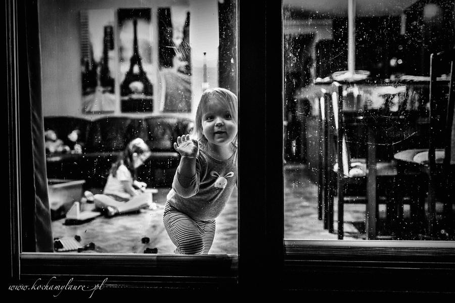 W oknie - fotografia czarno-biała
