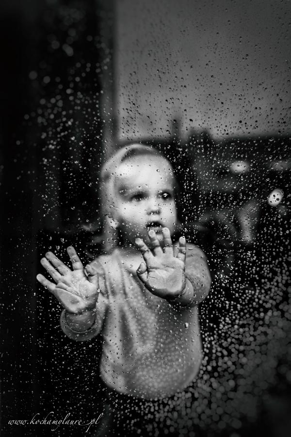 Deszczowy dzień - fotografia dziecięca bw