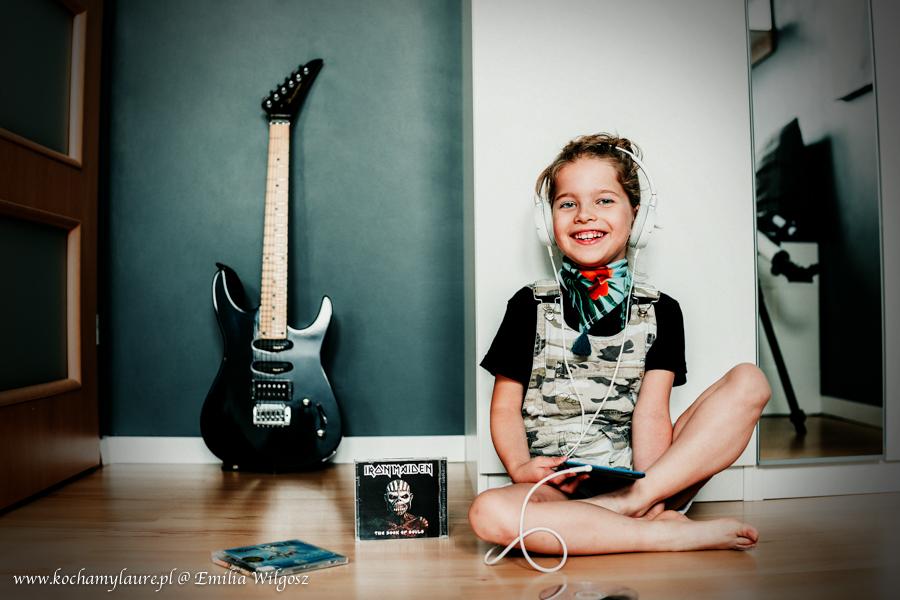 Dziewczynka słucha Iron Maiden