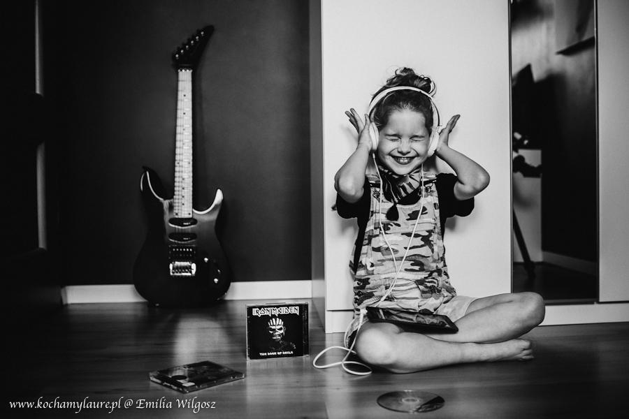 Dziewczynka słucha heavy metalu