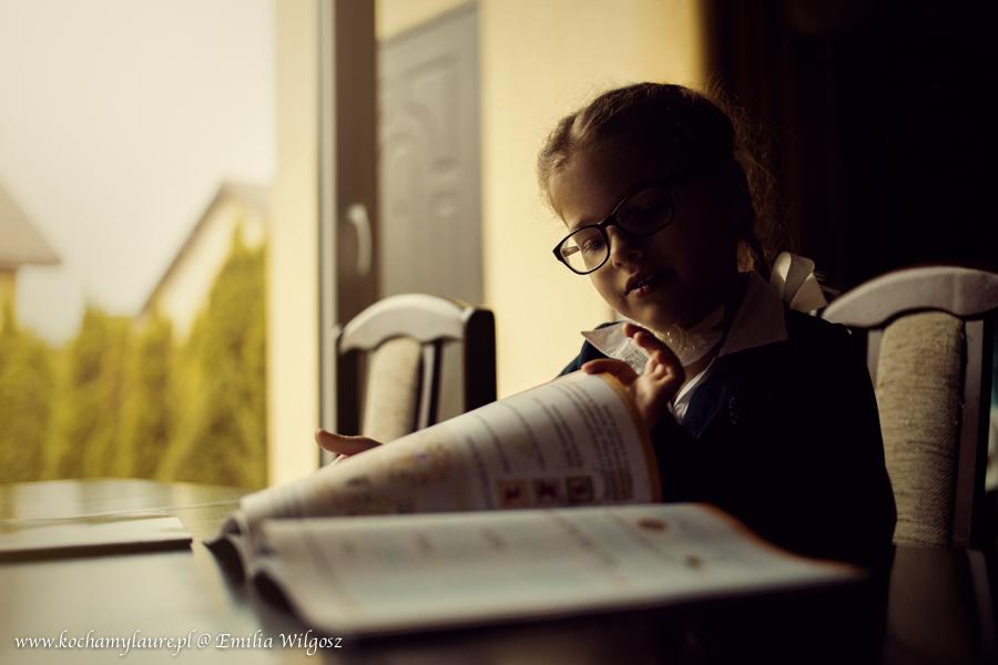 Dziewczynka i książka - sesja szkolna