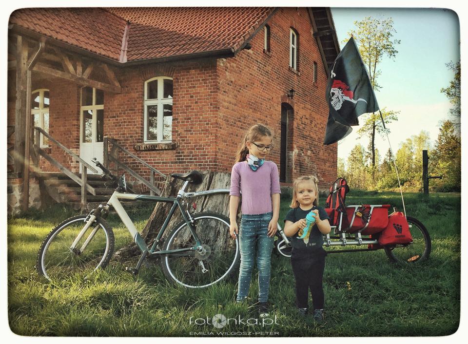 Dzieci i przyczepka rowerowa