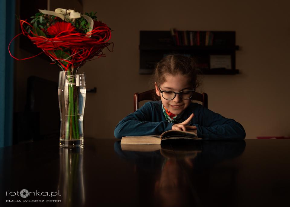 Laura czyta