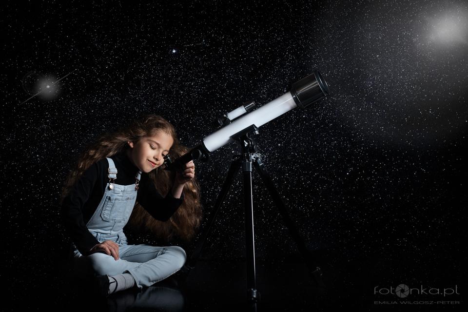 Laura patrzy w gwiazdy - fotografia dziecięca
